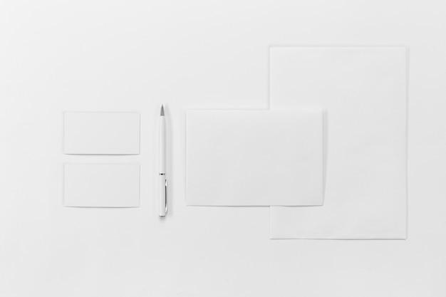 トップビューの紙片とペン