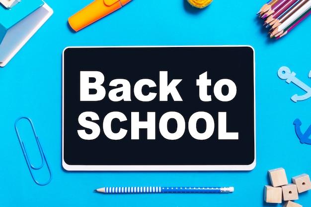 Top viev цифровой планшет с письменным столом, концепция back to school