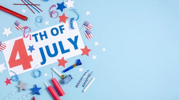 Вид сверху 4 июля знак с украшением дня независимости и копирования пространство