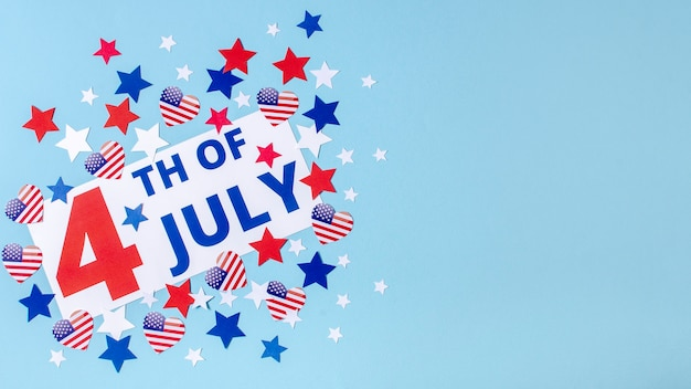 Вид сверху 4 июля знак со звездами и сердцами с копией пространства