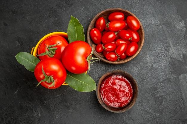 暗い地面のpyスペースにチェリートマトとケチャップが入ったトマトボウルのバケツの上面図
