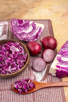 コピースペースのある新鮮な自家製野菜サラダのための赤玉ねぎと刻んだ赤キャベツのボウルのコンセプトの上面図