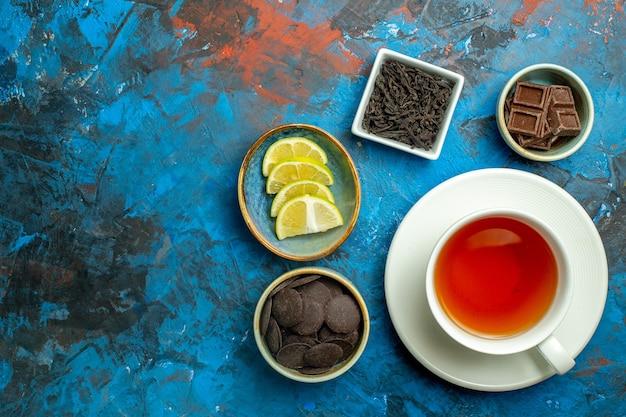 コピースペースのある青赤の表面にお茶を一杯上面図