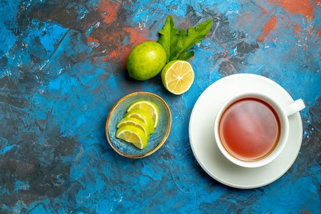 上面図青赤の表面にレモンのスライスとお茶のカップ