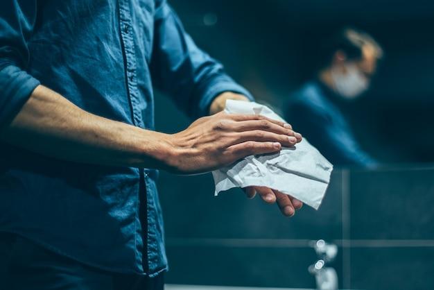 남자는 화장실에서 조심스럽게 손을 씻는다.