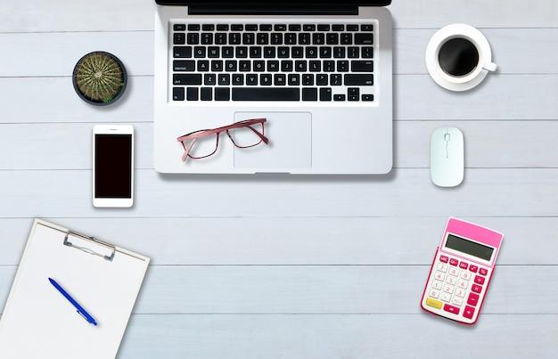 オフィススタイルの白い木の床のコンピュータノートブックの上の上面図。