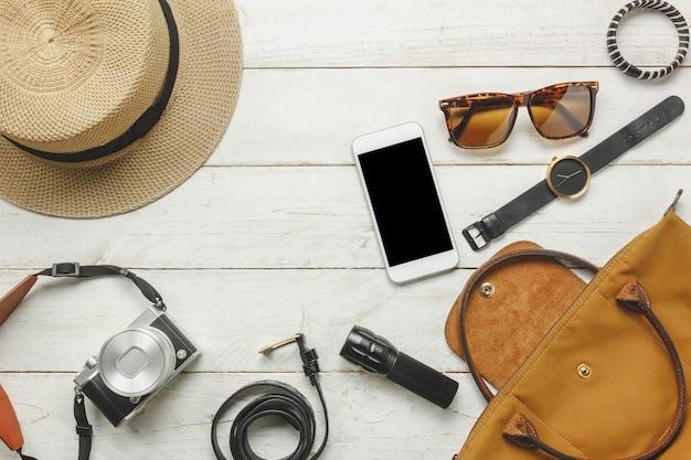 トップビューのアクセサリーは、女性の衣服concept.whiteと旅行する