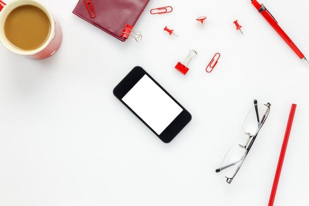Вид сверху аксессуары бизнес-офис desk.mobile телефон, кофе, блокнот, красочный карандаш, буфер обмена, колышка, очки на белом офисный стол с копией пространства.