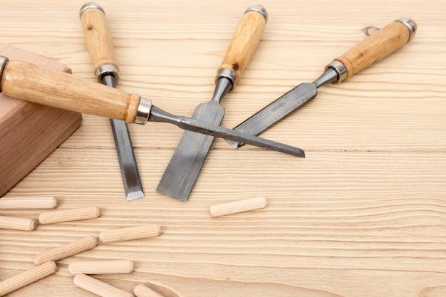 Vista dall'alto accessori e pezzi in legno per falegnameria