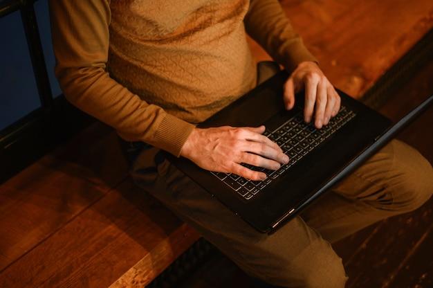 Вид сверху взрослый мужчина работает на ноутбуке