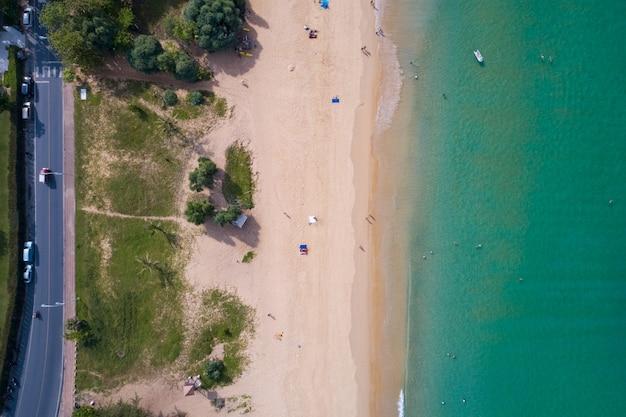 熱帯のビーチの美しい海の風景の風景の飛行ドローンからの平面図の空中写真