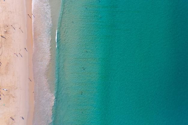 熱帯のビーチの美しい海の風景の飛行ドローンからの平面図の空中写真