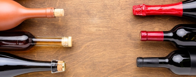 Вид сверху ассортимент бутылок с алкоголем