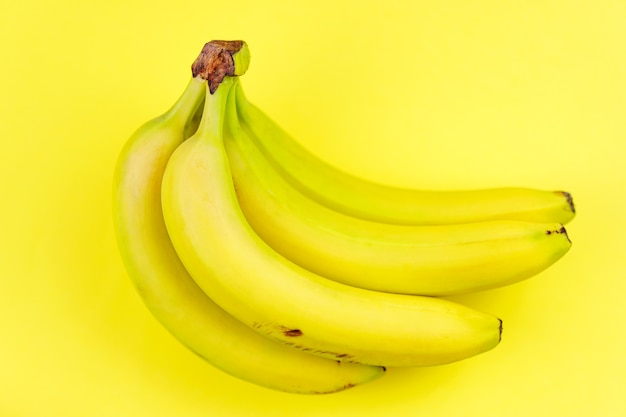 Вид сверху и крупным планом спелых желтых связок бананов
