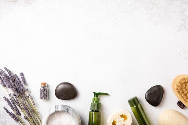 Вид сверху и плоская планировка косметики ручной работы. женское тело и уход за собой. соль для ванны. концепция оздоровления. натуральный органический косметический продукт