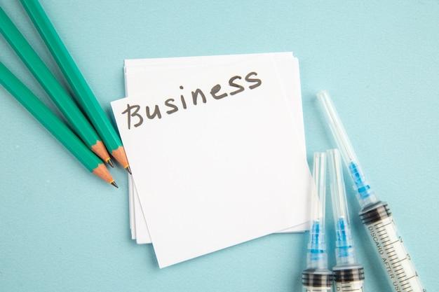 파란색 배경 학교 대학 직업 비즈니스 색상 휴식 사진에 연필과 스티커가있는 상위 뷰 바이러스 백신 주사