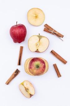 Вид сверху яблоко и корица, изолированные на белой поверхности