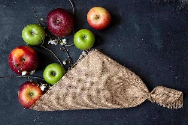 Fiori bianchi del mazzo della mela di vista superiore con le mele rosse e verdi