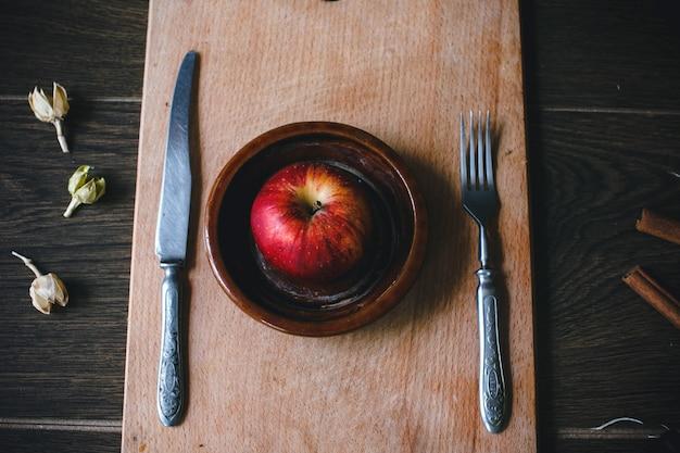 Vista dall'alto di mela tra un coltello e una forchetta