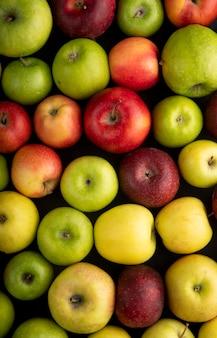 Вид сверху яблочный микс зеленых желтых и красных яблок