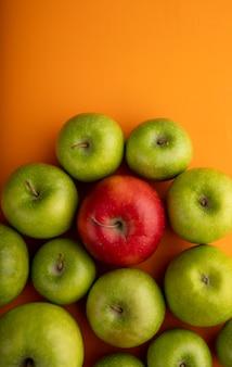 トップビューアップルコピースペースと赤と緑のリンゴをミックス