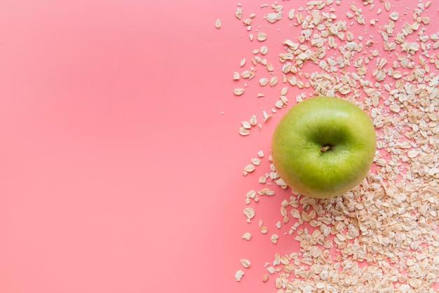 Vista dall'alto mela e avena con copia-spazio