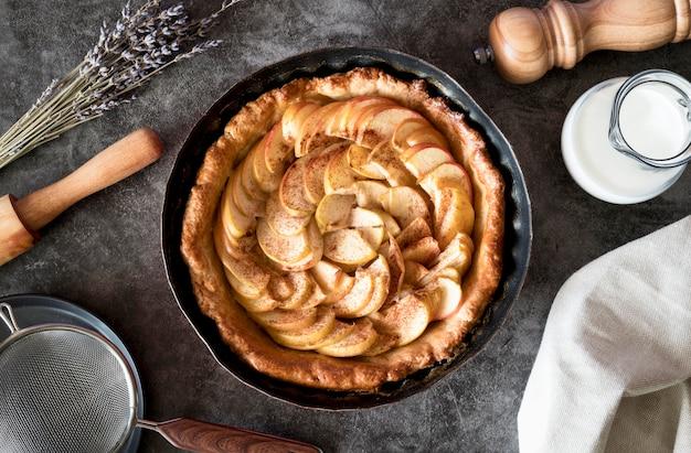 Вид сверху яблочный пирог в лотке
