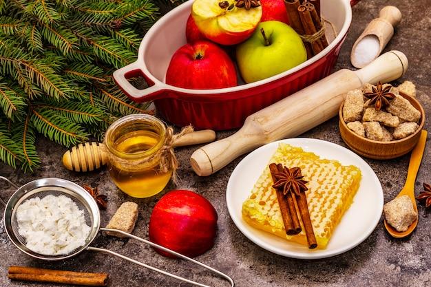 テーブルの上のビューアップルパイの材料