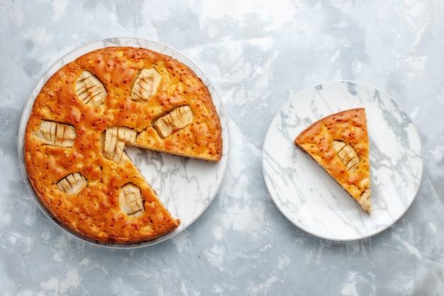Вид сверху яблочный пирог внутри тарелки на светлом полу сахарный торт бисквитный пирог сладкая выпечка