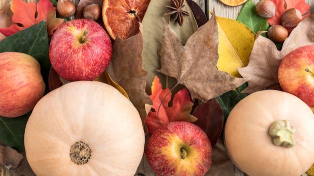 Vista dall'alto di mela con zucca e foglie di autunno