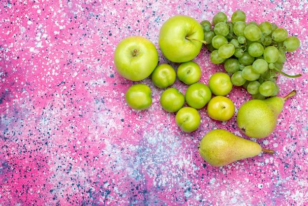 Вид сверху яблоки и виноград вместе с грушами и алычами на цветном фоне фрукты сладкие мягкие витаминные продукты
