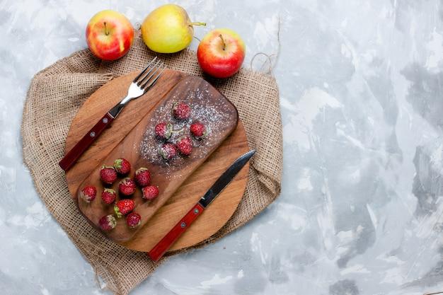 ライトデスクフルーツベリーフレッシュサワービタミンツリーのトップビューリンゴとイチゴの新鮮なフルーツ