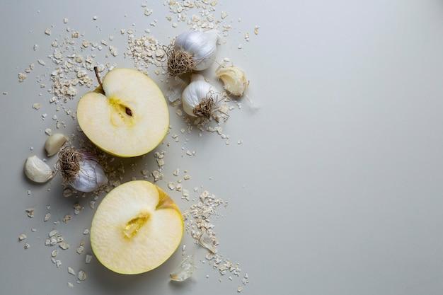Disposizione di mele e aglio vista dall'alto