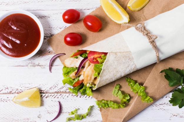 Вид сверху арабский кебаб с кетчупом