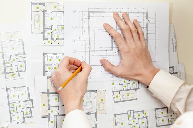 Вид сверху архитектор делает проект дома