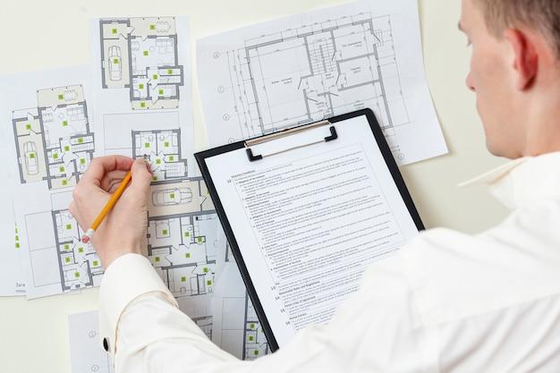 Вид сверху архитектор работает над проектом дома