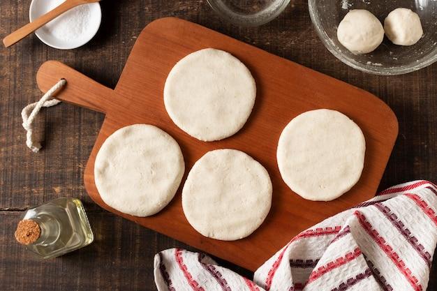Pasta di arepas di vista superiore sulla tavola di legno