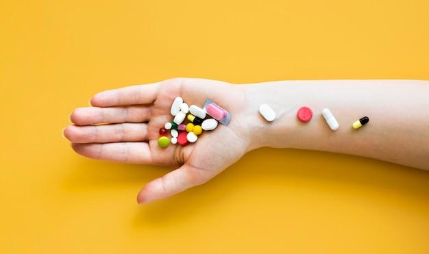 Vista dall'alto del braccio con pillole dappertutto