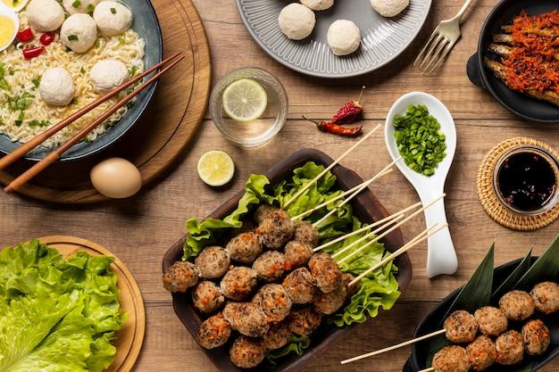 Disposizione vista dall'alto del delizioso bakso indonesiano