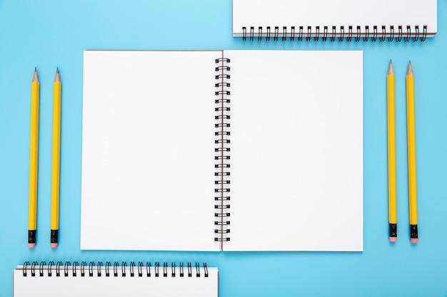 Disposizione di vista superiore degli elementi dello scrittorio su fondo blu