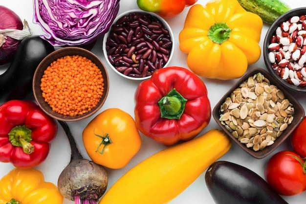 Disposizione vista dall'alto di diverse verdure
