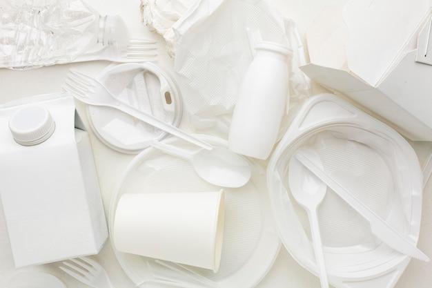Disposizione vista dall'alto di rifiuti di plastica sporchi
