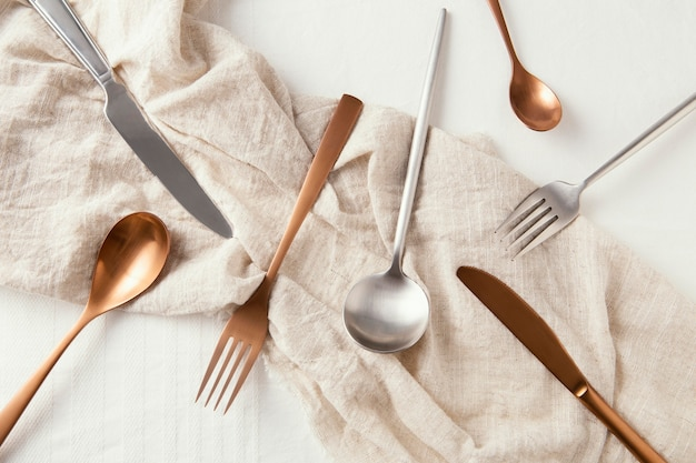 Расположение красивой посуды на столе вид сверху