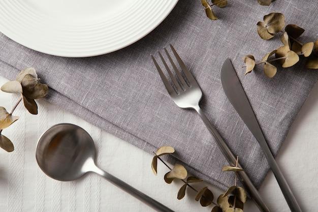 テーブルの上の美しい食器の上面図の配置