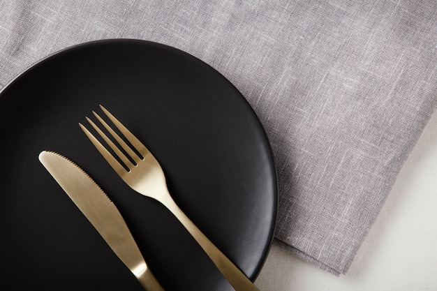 테이블에 아름다운 식기의 상위 뷰 배열