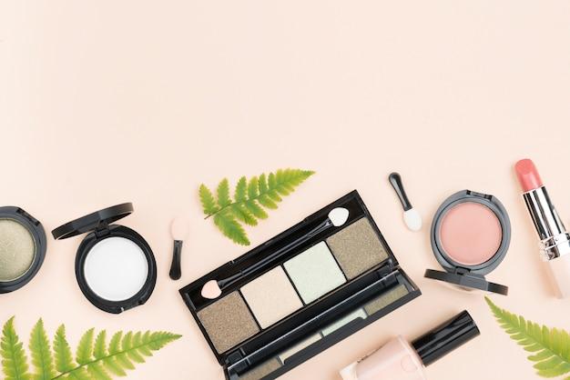 Вид сверху расположения косметических продуктов с копией пространства