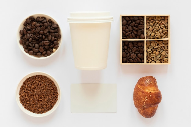 白い背景の上のコーヒーブランド要素の上面図の配置
