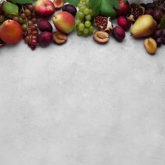 コピースペース付きのおいしい秋の果物の平面図配置