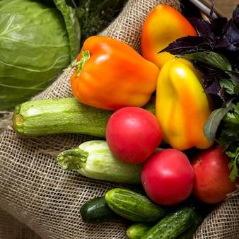 Композиция из вкусных свежих овощей вид сверху