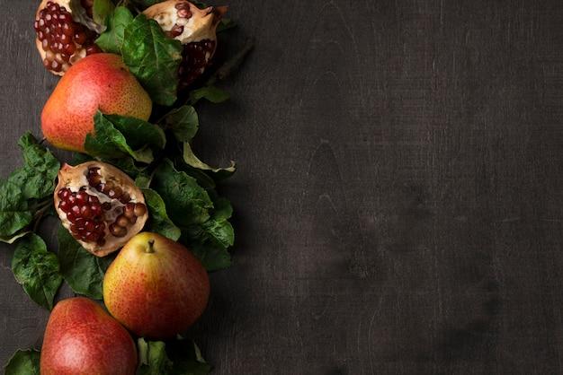 コピースペースを持つおいしい梨とザクロの平面図配置